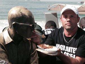 Vigilantes em greve almoçam com estátua de Drummond  (Foto: Gabriel Barreira/G1)