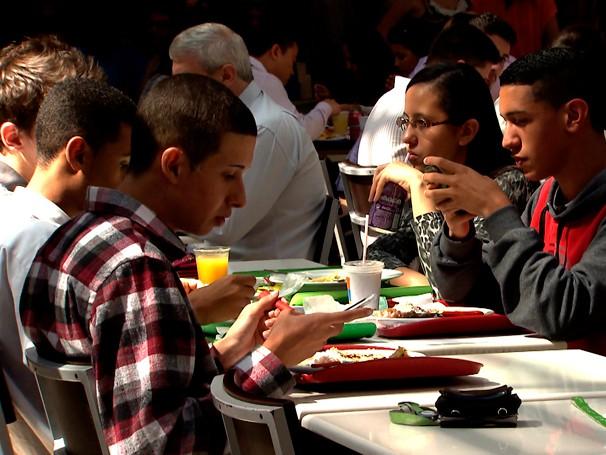 O celular virou a principal companhia durante as refeições (Foto: Globo)