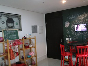 Ambiente tem decoração discreta, com referências pop e móveis de madeira (Foto: Rafaella Fraga/G1)