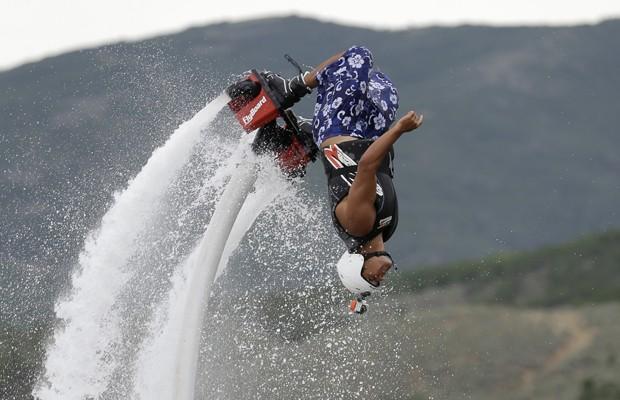 Instrutor faz manobra radical com aparelho para esporte aquático  prática  chama-se flyboard ( 9c0d62ae872fc