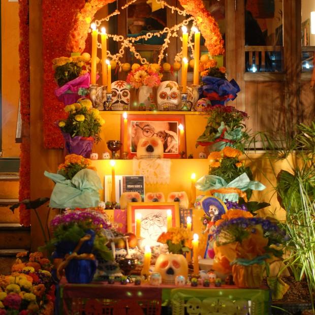 Oferendas de objetos, fotos e flores montada na edição 2012 do Festival do Obá. Em 2013, o arquiteto e sócio Carlos Tavares também capricha na decoração especial com itens mexicanos (Foto: Divulgação)