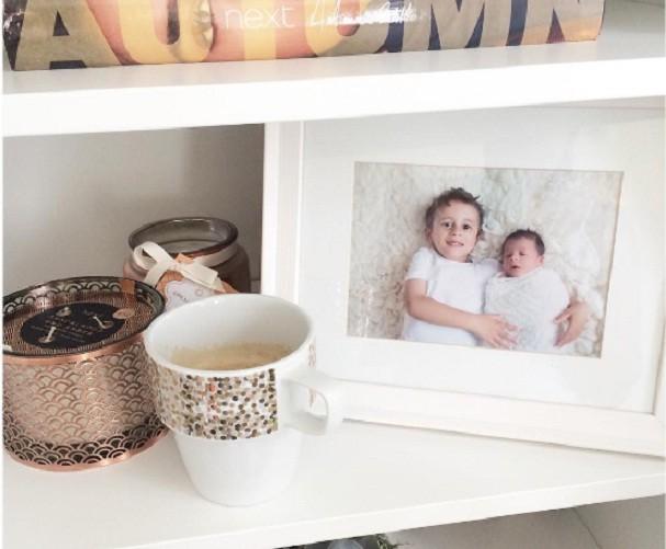 Quem não ama espalhar fotos da família pela casa, não é? (Foto: @davinaefletcher/Instagram)