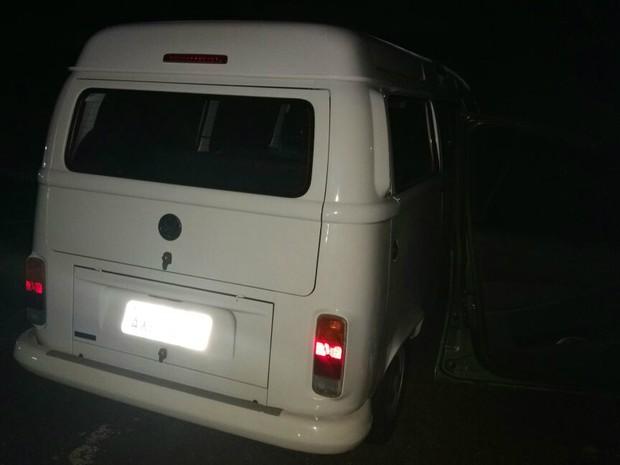 Kombi apreendida seria usada para a transportar droga (Foto: PM/Divulgação)