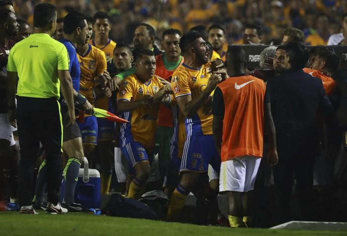 Confusão generalizada tomou conta do gramado na final entre Tigres x América-MEX (Foto: Hector Vivas/LatinContent/Getty Images)