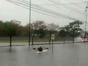 caiaque sertório Porto Alegre rs chuva (Foto: Reprodução)