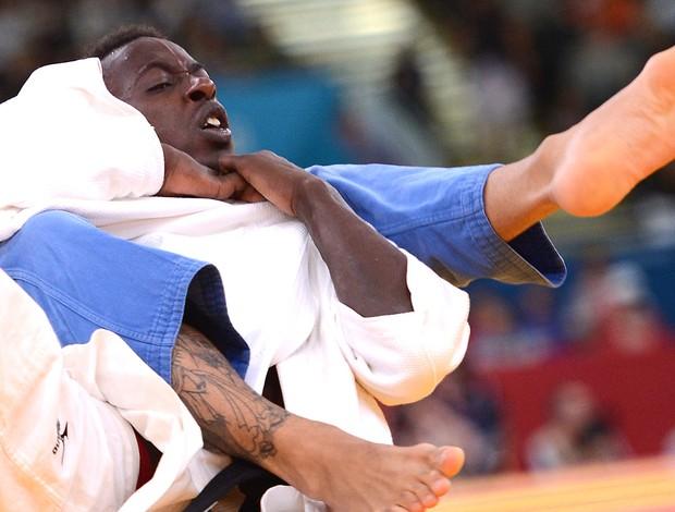 Bruno Mendonça na luta de judô contra Fred Yannick (Foto: AFP)