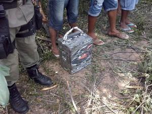 Pacote de droga foi encontrado nos destroços da aeronave (Foto: Caetano Silva/Assuncaolivre.com)