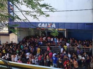 Agência da Caixa, em Paulista, ficou lotada. (Foto: Wanessa Andrade / TV Globo)