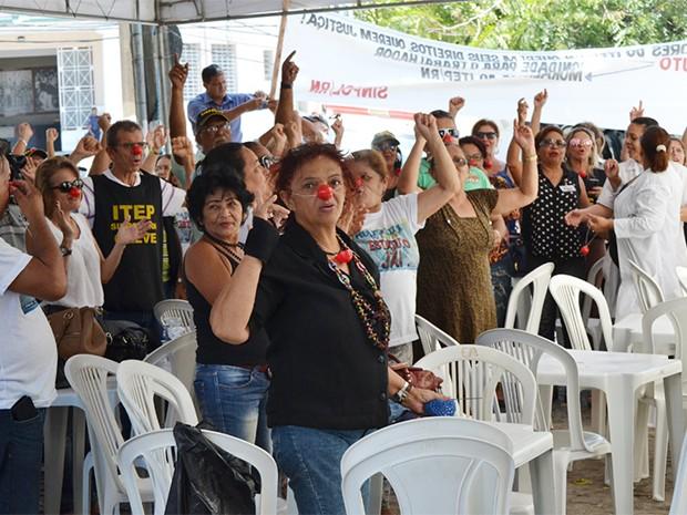 Servidores do Itep se reuniram na frente do orgão, no bairro da Ribeira, antes de acamparem em frente ao Centro Administrativo (Foto: Divulgação/ Sinpol)