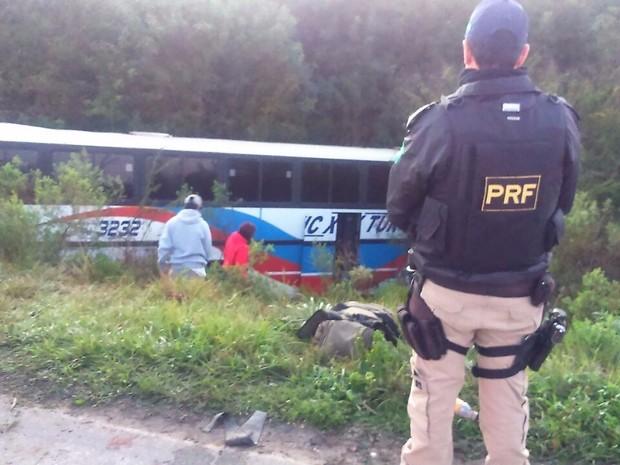 Ônibus saiu da pista na BR-290, no RS (Foto: Divulgação/PRF)