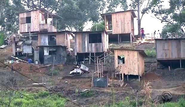 Reintegração de posse de área com 300 casas continua nesta sexta-feira (Foto: Reprodução/RBS TV)