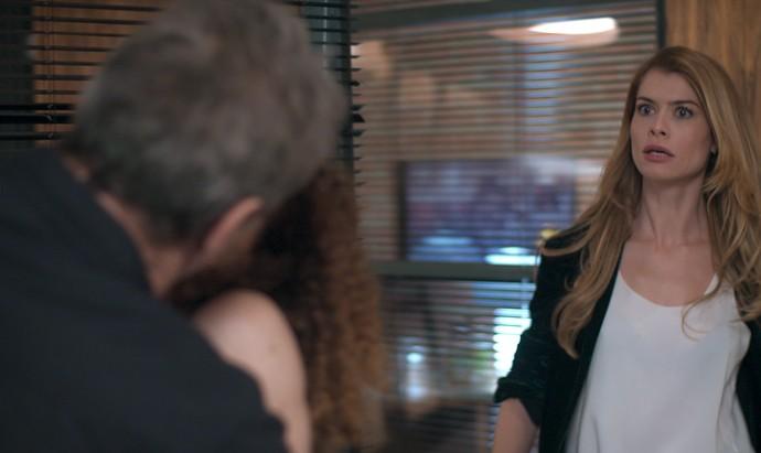 Diana flagra Gordo e Laila aos beijos na gravadora (Foto: TV Globo)