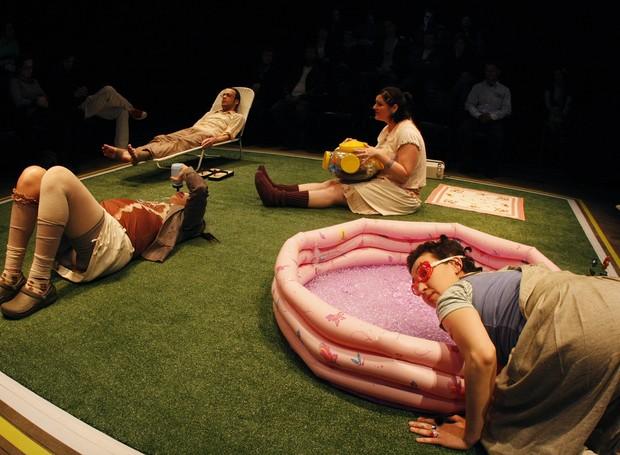 Na peça, o afeto corre o risco de ser substituído por coisas (Foto: Divulgação)
