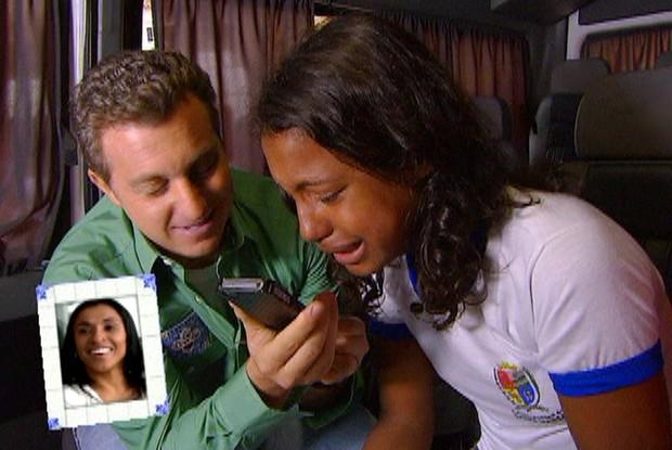 Surpresa! Duda chora ao falar com Marta pelo telefone (Foto: Caldeirão/TV Globo)