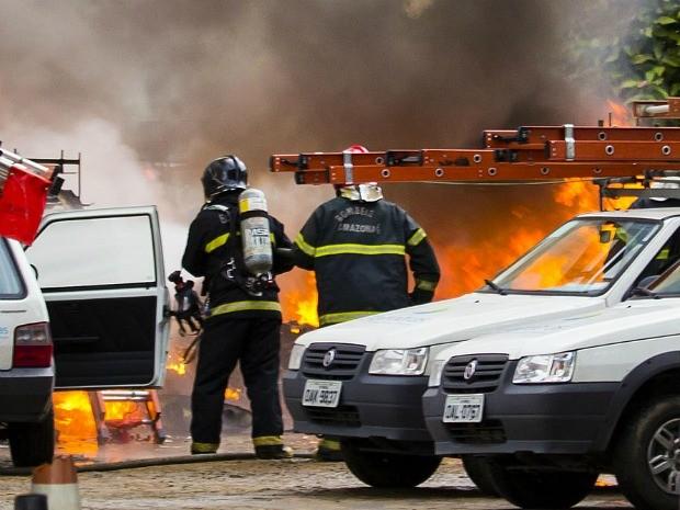 Bombeiros foram acionados para apagar chamas do acidente (Foto: Jack Roy Looney Jr/VC no G1)