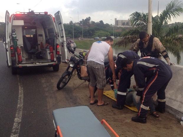 Casal ficou ferido após cair poucos minutos depois do primeiro acidente (Foto: Walter Paparazzo/G1)