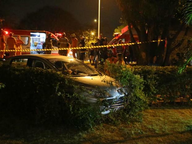 Carro invade cerca-viva de prédio residencial após atropelar sete em parada de ônibus em Brasília (Foto: Corpo de Bombeiros/Divulgação)