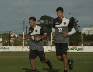Doda e Carlinho Rech correm na beira do campo (Foto: Pedro Alves / GloboEsporte.com/pb)