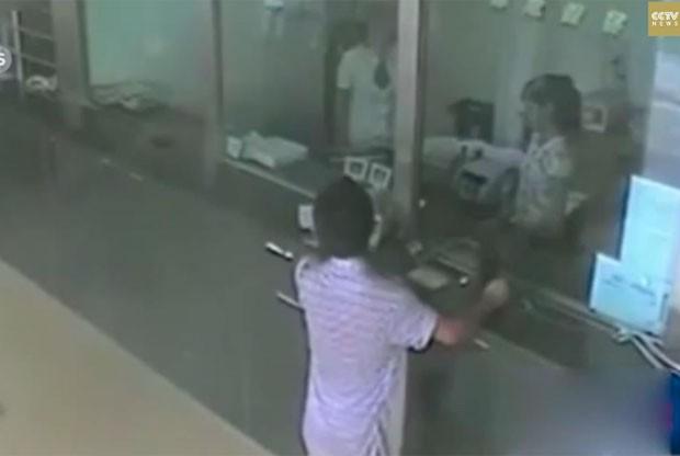 Chinês tentou assaltar banco e caixa o obrigou a entrar na fila de atendimento (Foto: Reprodução/YouTube/CCTV News)