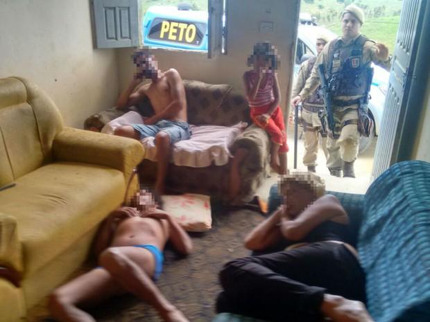 Criança foi resgatada em casa com mãe e dois homens (Foto: Isabelli Vitória / Medeiros Dia Dia)