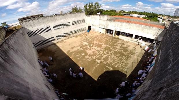Do alto da guarita desativada, é possível ver que os presos estão soltos na quadra  (Foto: Anderson Barbosa/G1)