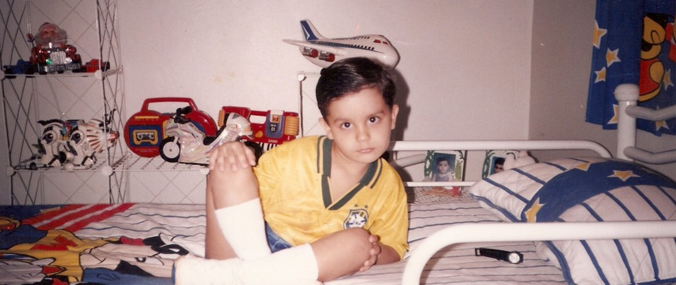 Luan posa em seu quarto, com uniforme da Seleção (Foto: Arquivo Pessoal)