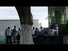 Funcionários cobram pagamento e fecham cemitério em Campos, no RJ