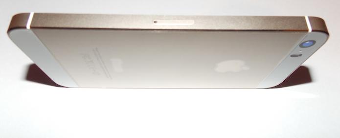 Posicionando o iPhone para retirar a bandeja (Foto: Reprodução/Edivaldo Brito)