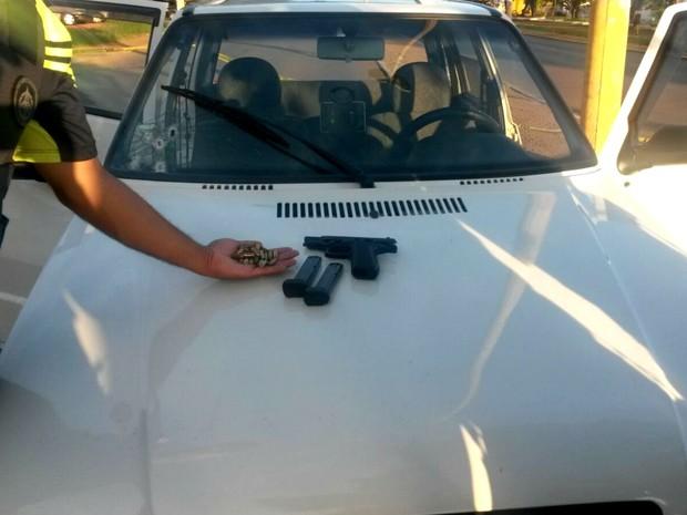 Carro atingido por tiros no Setor Leste do Gama, no DF; arma e munição foram apreendidas com ocupantes (Foto: Polícia Militar/Divulgação)