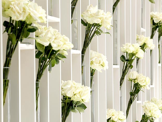 Minibuquês de rosas formam um jardim suspenso ao fundo do altar (Foto: Cheias de Charme / TV Globo)