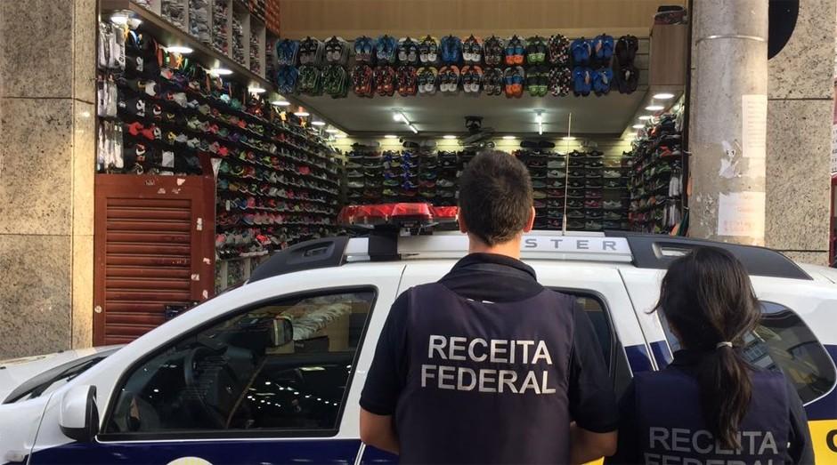Local da ação da Receita Federal: milhares de tênis foram encontrados (Foto: Reprodução)