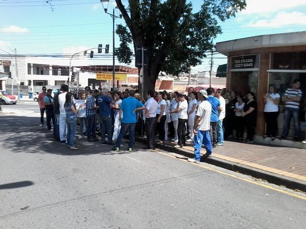 Os funcionários da Santa Casa fizeram uma assembleia na manhã desta segunda-feira (9) (Foto: Elisângela Marques/G1)