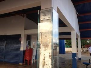Pilastra com marca histórica permanece no local (Foto: Ísis Capistrano/ G1)