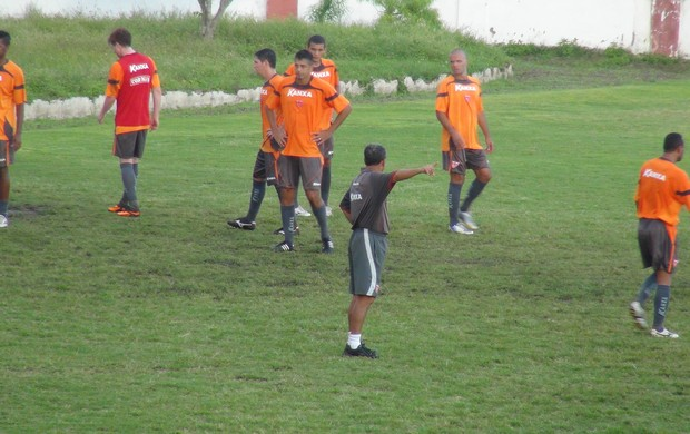Roberval Davino orienta jogadores do CRB (Foto: Denison Roma / Globoesporte.com)
