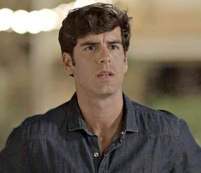 Felipe fica surpreso ao ver Shirlei e Adônis juntos (Foto: TV Globo)
