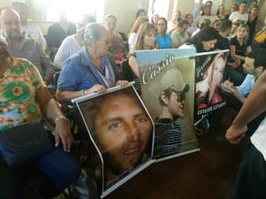 Pais viajaram a Porto Alegre e levaram cartazes com fotos dos filhos mortos na tragédia (Foto: Jonas Campos/RBS TV)