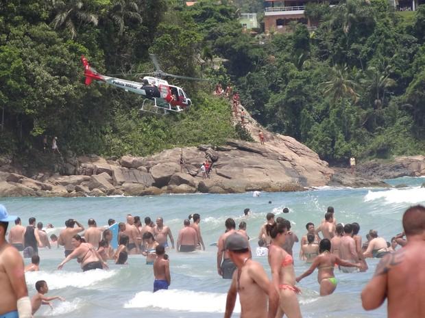 Helicóptero Águia da Polícia Militar faz monitoramento de banhistas na Praia Grande, em Ubatuba, no litoral norte de São Paulo (Foto: Vinícius Nadena)