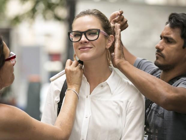 Letícia Birkheuer retoca a maquiagem antes de cena (Foto: Inácio Moraes / Gshow)
