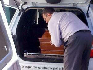 Corpo do funkeiro MC Daleste deixa a funerária de Paulínia (Foto: Roger Paes/EPTV)