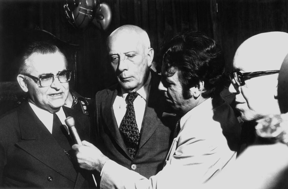 Dom Frei Paulo Evaristo Arns, arcebispo de São Paulo, concede entrevista ao lado do político Ulysses Guimarães na capital paulista, em abril de 1978 (Foto: Estadão Conteúdo/Arquivo)