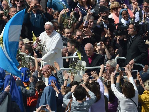 O papa argentino observa bandeira de seu país sendo agitada no Vaticano (Foto: Filippo Monteforte/AFP)