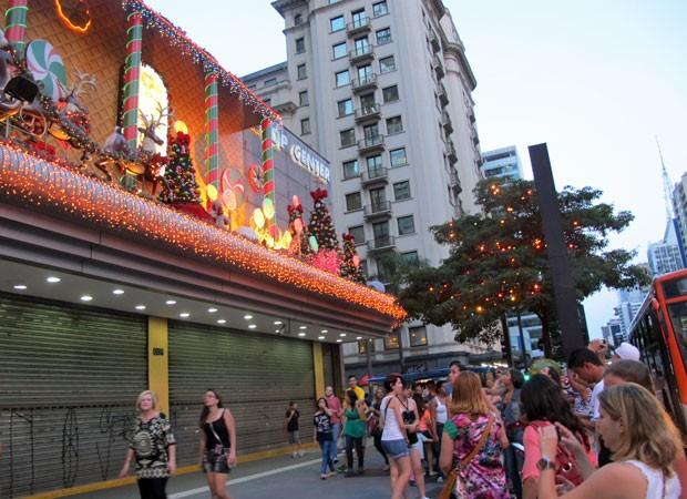 Último dia de decoração na Avenida Paulista atraiu dezenas de pessoas nesta terça de Natal (Foto: Rosanne D'Agostino/G1)