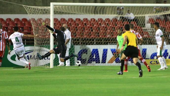 Willames José fuzila a rede do CRB, abrindo o placar no Trapichão (Foto: Ailton Cruz / Gazeta de Alagoas)