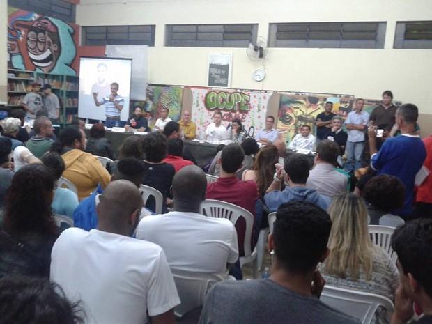 Carta foi assinada durante debate com candidatos em Piracicaba (Foto: Casa do Hip Hop de Piracicaba)