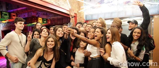 Galera reunida para selfie (Foto: Raphael Dias / TV Globo)