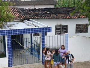 Fogo atinge creche no bairro Roger em João Pessoa (Foto: Walter Paparazzo/G1)