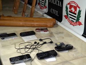 Aparelhos celulares e carregadores estavam escondidos dentro da muleta (Foto: Felipe Turioni/G1)