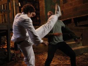 Gabriel dá golpe de kung fu em capanga (Foto: Malhação / Tv Globo)