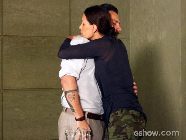 Tereza tenta acalmar Hermes (Foto: Além do Horizonte/TV Globo)