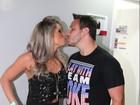 Ex-BBB Fani investe em figurino curto para badalar com o namorado